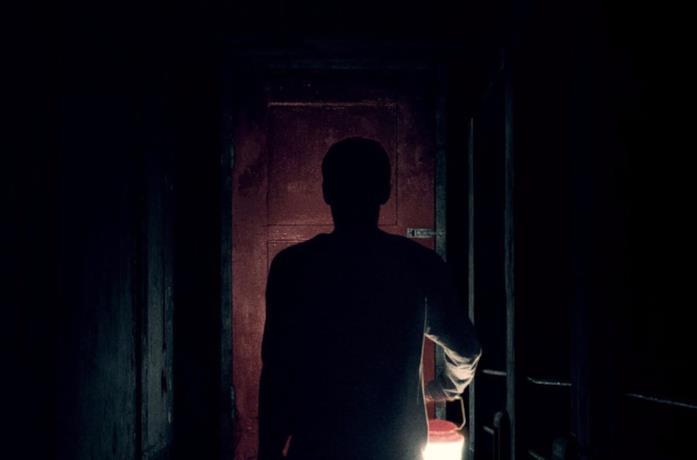 Travis davanti alla porta rossa in It Comes at Night