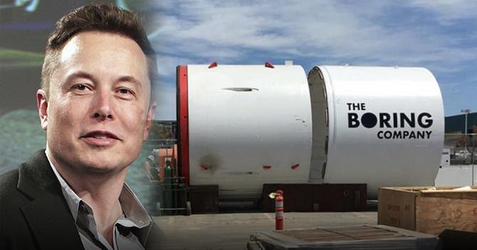 Elon Musk e il logo della sua azienda The Boring Company