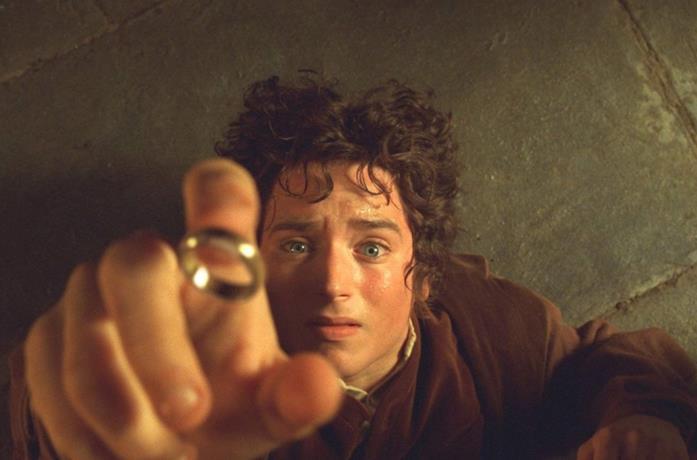 Elijah Wood in una scena del film Il Signore degli Anelli - La compagnia dell'Anello