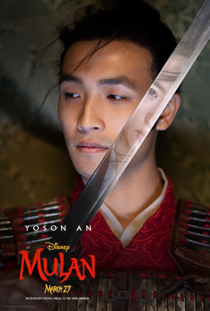 Chen Honghui sfodera la spada, dove vediamo il riflesso di Mulan