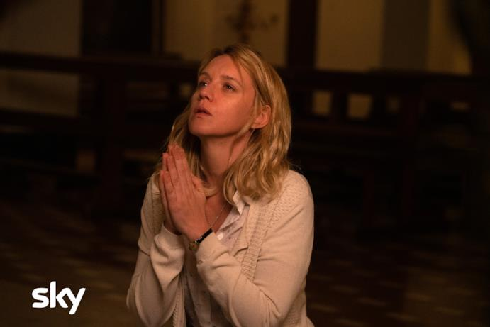 Ludivine Sagnier prega in una scena di The New Pope