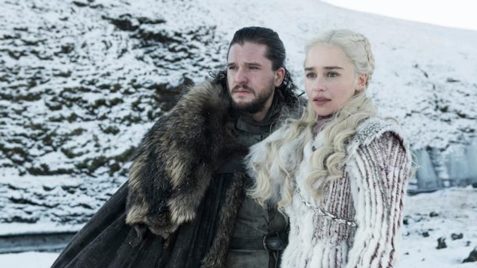 Kit Harington ed Emilia Clarke in Game of Thrones 8