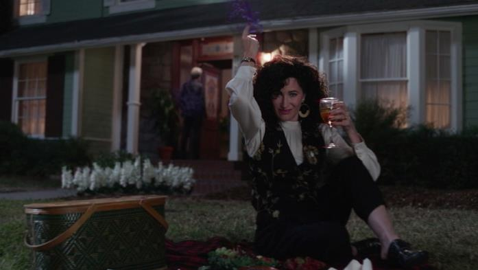 Agatha Harkness davanti a casa di Wanda