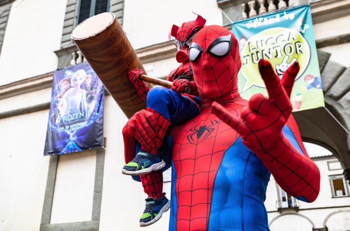 Papà e figlio vestiti da Spider Pork e Spider Man a Lucca Comics