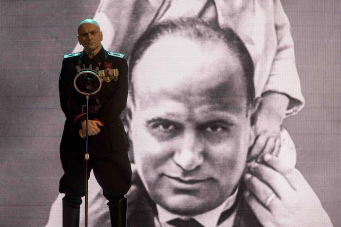 Mussolini in una scena di Sono tornato mentre tiene un discorso