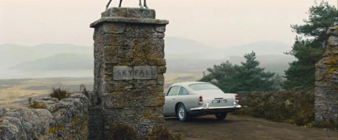 L'ingresso di Skyfall Lodge la dimora immaginaria e proprietà terriera negli altopiani della Scozia nel film omonimo