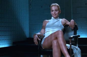 Sharon Stone accavalla le gambe in Basic Instinct