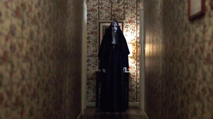 Lorraine vede Valak in casa sua in una scena di The Conjuring 2