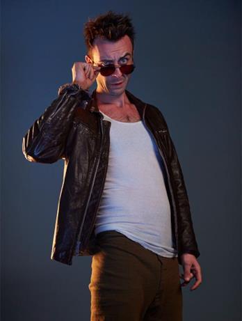 Cassidy con occhiali da sole nella serie TV Preacher