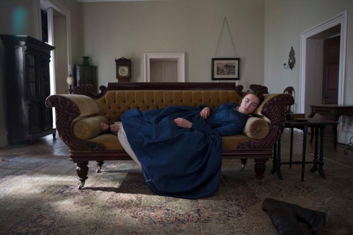 Katherine sonnecchia sul divano in Lady Macbeth