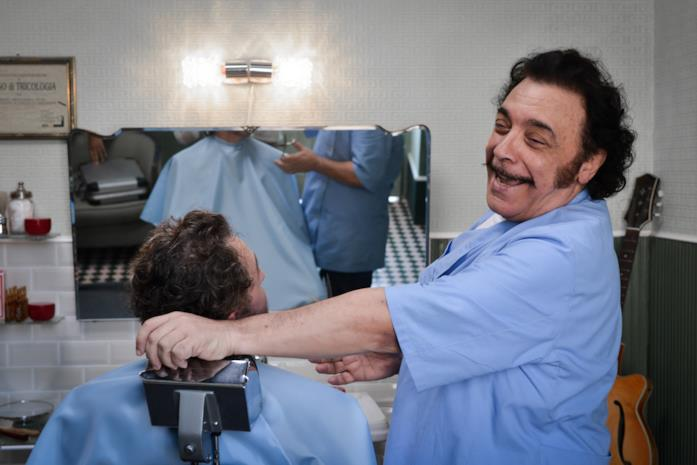 Nino Frassica è il barbiere in Andiamo a quel paese