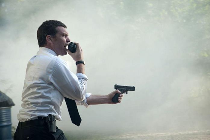 L'agente Mike punta la propria pistola durante un inseguimento