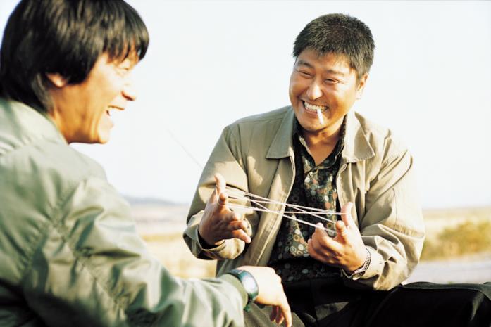 Byun Hee-bong e Song Kang-Ho in una scena del film Memorie di un assassino