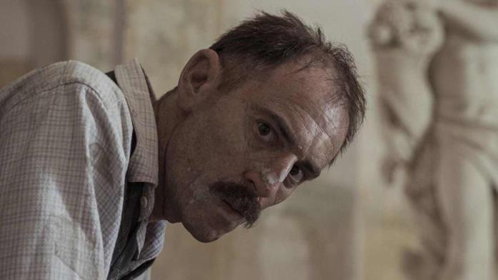 Elio Germano nei panni di Antonio Ligabue nel film Volevo nascondermi
