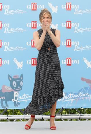 Jennifer Aniston al Giffoni Film Fest ringrazia i fotografi