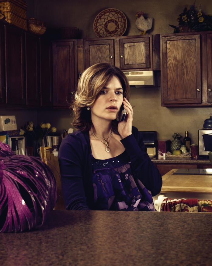 Marie Schrader al telefono nella sua cucina