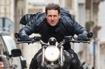 Tom Cruise guida una motocicletta