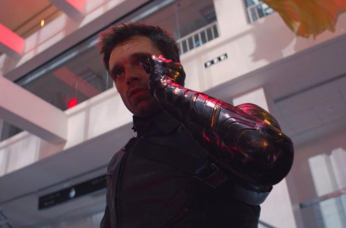 Winter Soldier tiene il telefono con il braccio in vibrando