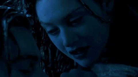 Leonardo DiCaprio e Kate Winslet in un'iconica scena di Titanic