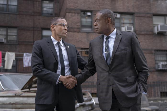 Bumpy Johnson e Malcolm X si stringono la mano in una scena di Godfather of Harlem