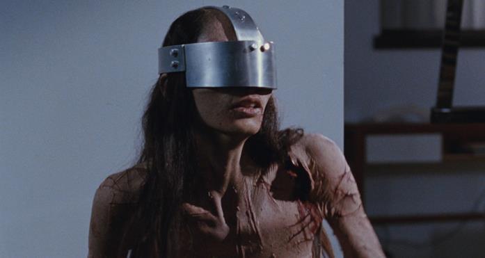 Morjana Alaoui, nei panni di Anna, alle prese con una delle terribili torture nel film