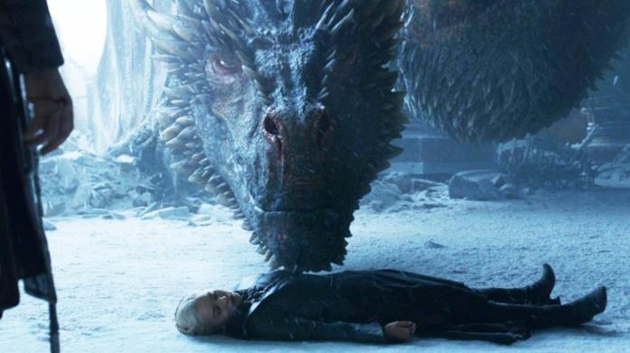 Drogon ed Emilia Clarke in Game of Thrones 8x06