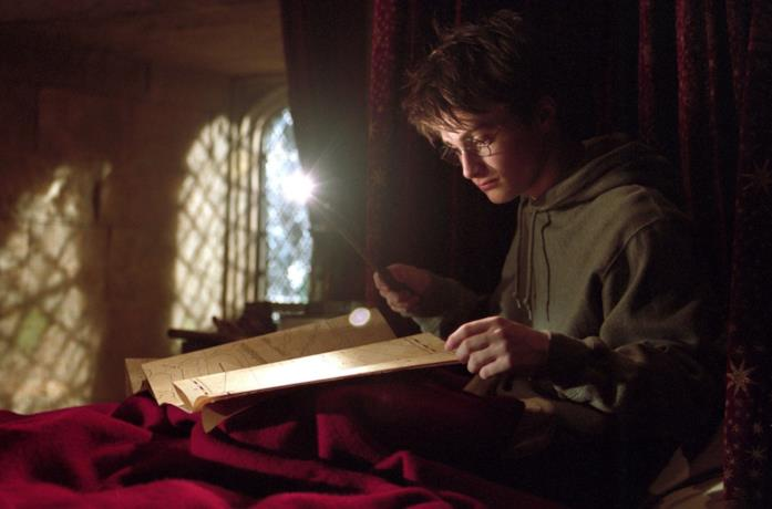 Daniel Radcliffe in una scena di Harry Potter con la Mappa del Malandrino