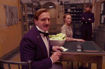 Ralph Fiennes, Saoirse Ronan e Tony Revolori in una scena del film Grand Budapest Hotel