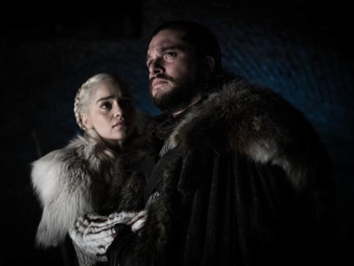 Emilia Clarke e Kit Harington in Game of Thrones 8