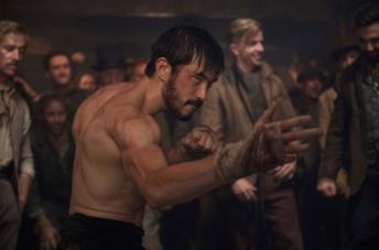 Andrew Koji in una scena della serie TV Warrior