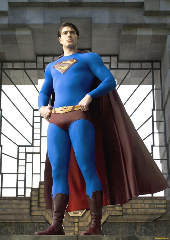 Brandon Routh a figura intera in costume da Superman, su sfondo di un finestrone