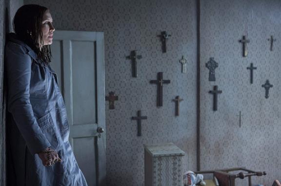Vera Farmiga in una scena del film The Conjuring - Il caso Enfield