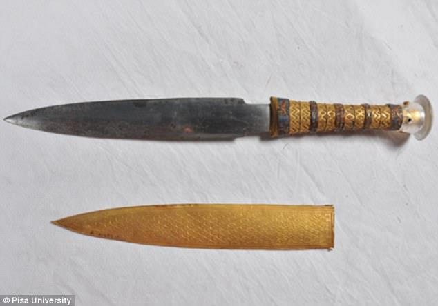 Primo piano del pugnale rivenuto nella tomba di Tutankhamon, Giza (Egitto)