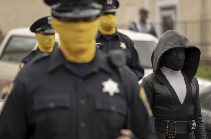 Regina King e i poliziotti di Watchmen con la maschera gialla