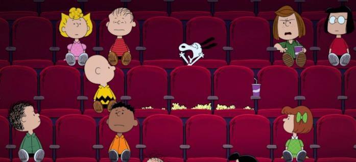 Il simpatico Snoopy sta urlando all'interno di una sala cinematografica, disturbando gli altri spettatori