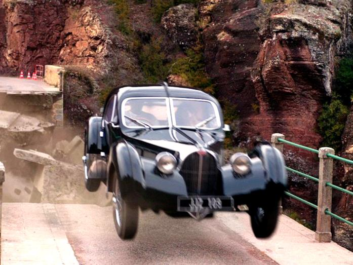 La Bugatti Type 57 SC Atlantic nella scena del ponte nel film Overdrive