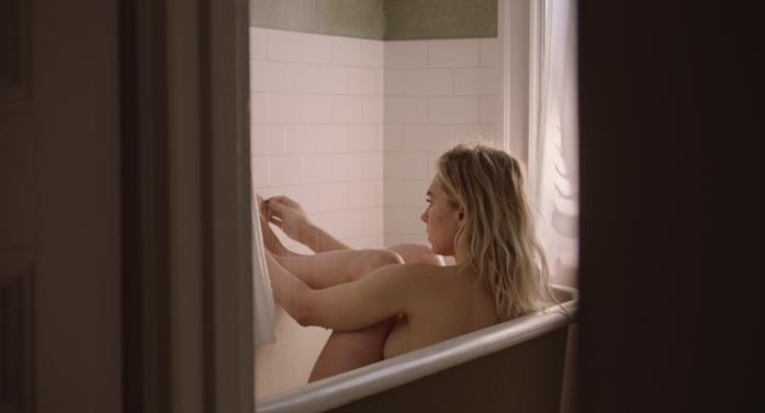 Vanessa Kirby in vasca da bagno