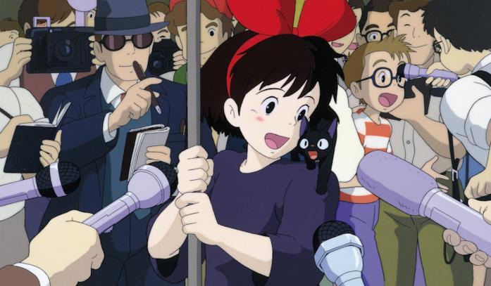 Kiki accerchiata da giornalisti e il piccolo Jiji miagolante sulla sua spalla