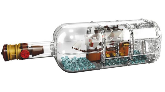 Primo piano della nave e la bottiglia, due dei tre componenti del set Ship in a bottle 21313 di LEGO