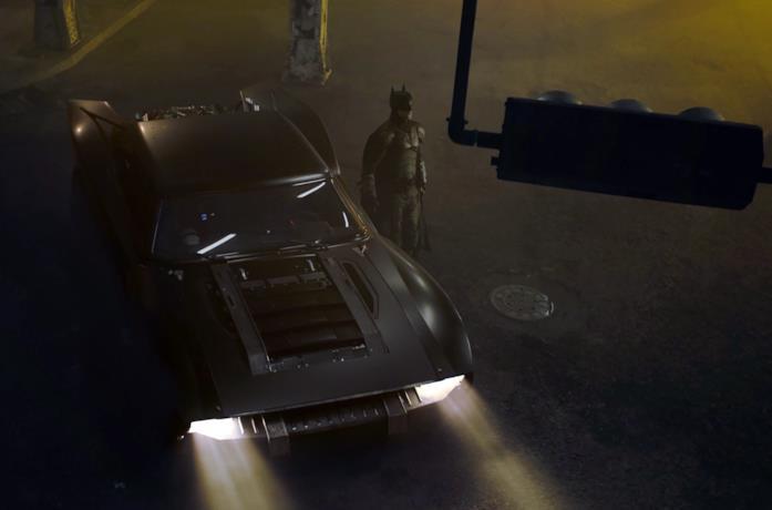 Robert Pattinson è il Cavaliere Oscuro in una foto ufficiale di The Batman