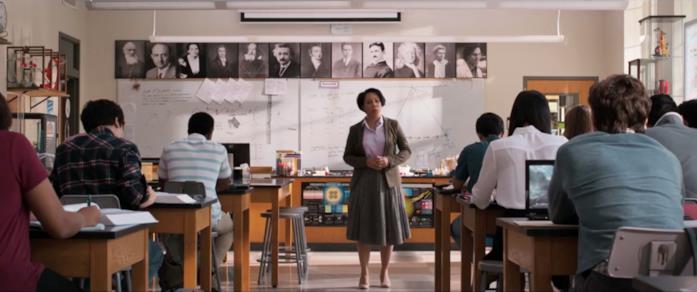 Una scena di Spider-Man: Homecoming in cui è visibile la foto di Bruce Banner all'interno di un'aula della scuola
