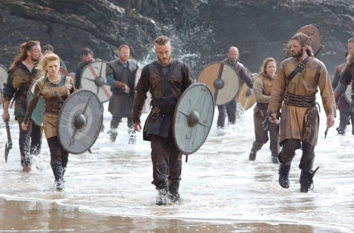 Il cast di Vikings in riva al mare