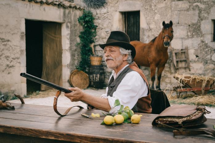 Fabrizio Bentivoglio in una scena del TV movie La concessione del telefono
