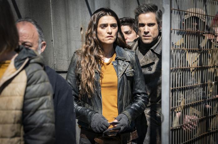 Olivia Molina e Unax Ugalde in una scena della serie La barriera
