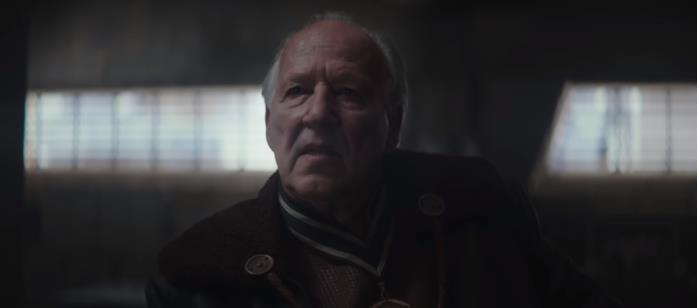 Werner Herzog in una scena della serie TV The Mandalorian