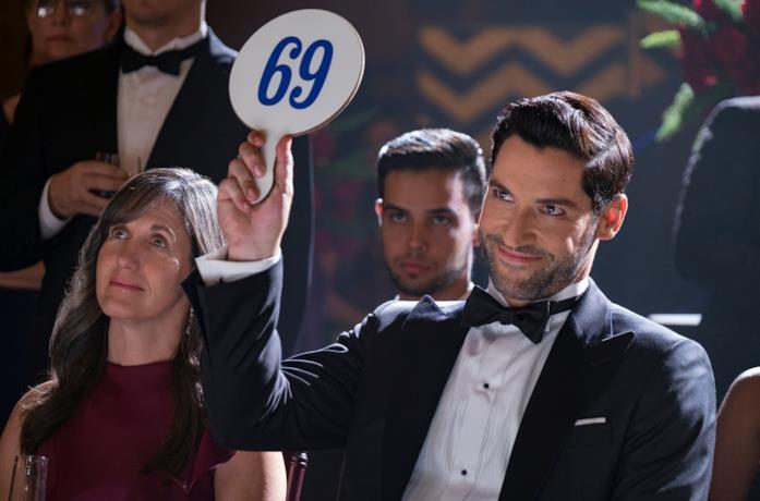 Lucifer alzata una paletta con il numero 69