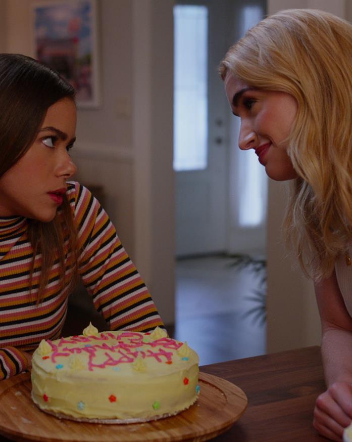 Una scena di Ginny & Georgia con la torta di compleanno