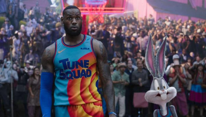 LeBron James e Bugs Bunny in Space Jam: New Legends