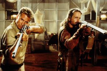 Val Kilmer e Michael Douglas in una scena del film Spiriti nelle tenebre