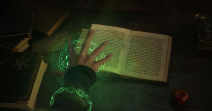 Strange con il libro di Cagliostro
